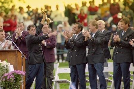 Bernard Gallacher sujeta el trofeo de la Ryder Cup, en presencia de Seve Ballesteros, entre otros. Foto BBC