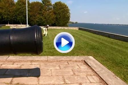 La bola hizo blanco entre las piernas del jugador. Se 'cruzó' un muro en el camino (VÍDEO)