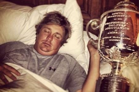 Jason Dufner en la cama con la Copa Wanamaker
