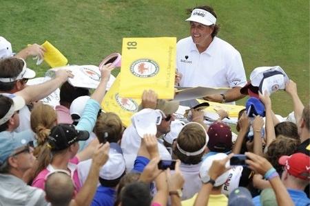 Phil Mickelson firmando autógrafos en una foto de archivo. Foto: PGA.com