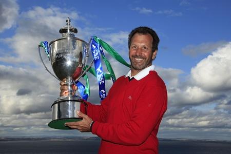 Santi Luna muestra su trofeo de campeón
