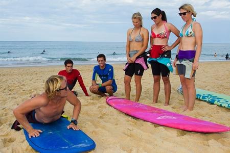Las golfistas atienden las explicaciones del surfista. Foto: LET