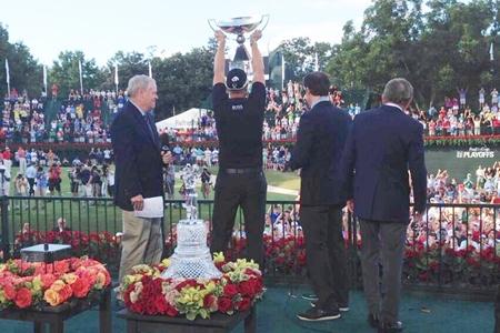 Henrik Stenson levanta el trofeo FedEx