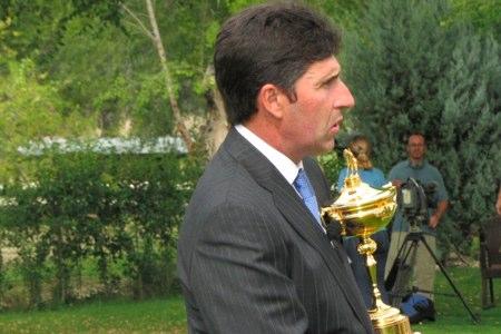 Jose Mari Olazábal sujeta la Ryder Cup conquistada en Medinah. Foto opengolf.es