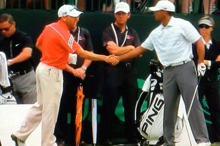 Sergio Garcia y Tiger Woods estrechan sus manos durante el último US Open.