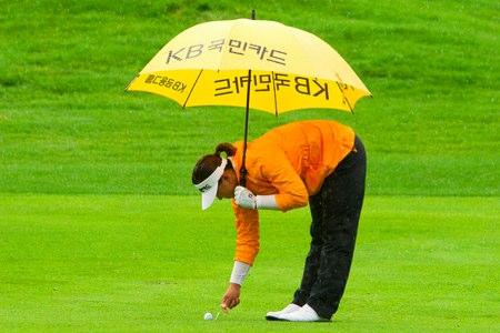 Amy Yang marca su bola en la primera calle durante el segundo aplazamiento por lluvia en el pasado Evian Masters