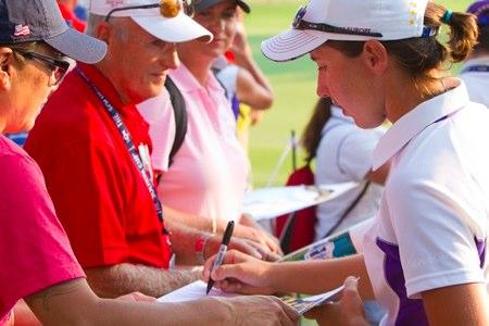 Carlota Ciganda, firmando autógrafos durante un torneo