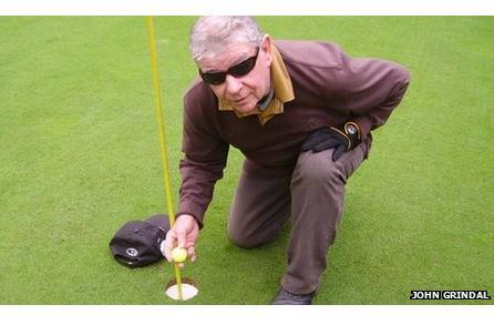 Jim O'Brien muestra la bola de su hoyo en uno