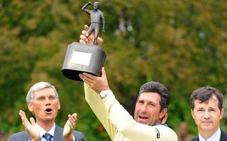 José Mari Olazábal levanta el trofeo de campeón. Foto Getty Images