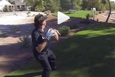 Mickelson: golf con la izquierda, fútbol y ping-pong con la derecha (VIDEO)