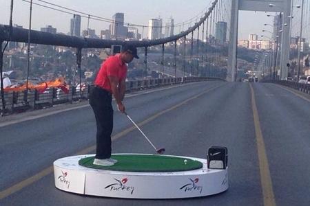 Tiger Woods en el puente del Bósforo. Foto: vía Twitter
