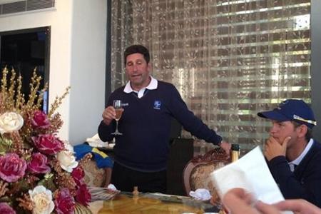 José Mari Olazábal brindando con sus jugadores. Foto: Paul Lawrie vía Twitter