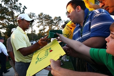 Tiger Woods firmando autografos. Foto: Masters.com