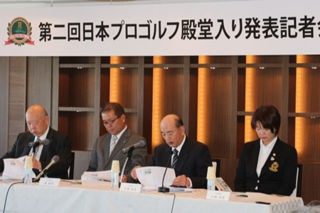 Shizuo Mori (segundo desde la izquierda) dimitirá como presidente de la PGA de Japón