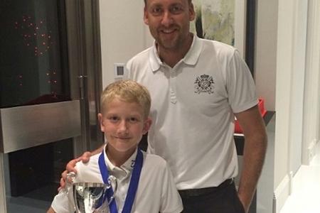 Ian Poulter posa orgulloso con su hijo Luke y el trofeo conquistado
