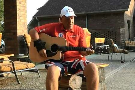 John Daly tocando la guitarra en su casa de Arkansas