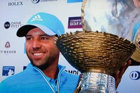 Sergio García con su trofeo de campeón en Qatar