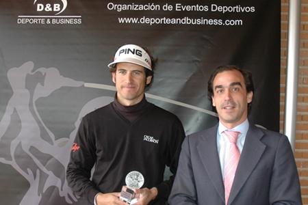 Oriol recibe el trofeo de manos de Iñigo Angulo