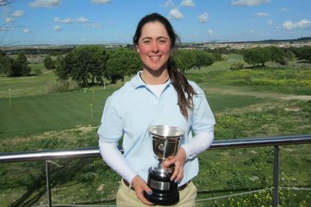 Nuria Iturrios posa con su trofeo. Foto: RFEG