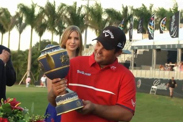 Patrick Reed con su trofeo en el Cadillac Championship