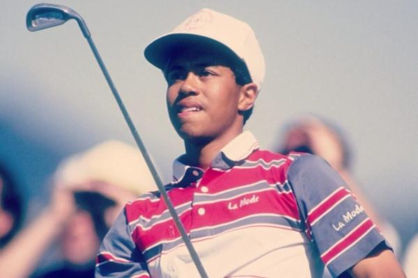 Tiger Woods el dia de su debut con 16 años. Foto: via Twitter