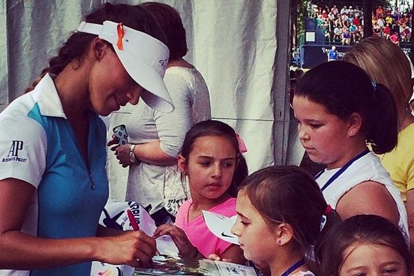 Belen Mozo firmando autografos durante el torneo. Foto Belén Mozo vía Instagram
