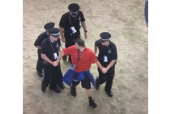 Fan Rory McIlroy con Policia