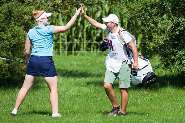 Kylie Walker celebra un golpe con su caddie Foto LET