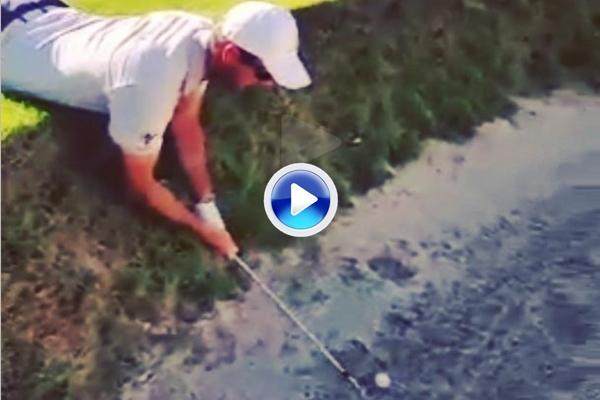 """Un """"stance"""" nada habitual: Florian Fritsch jugó tumbado con su bola en el bunker (VÍDEO)"""