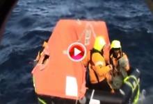 La peor de las pesadillas para un marinero: Meterse en una balsa salvavidas en mitad del océano (VÍDEO)