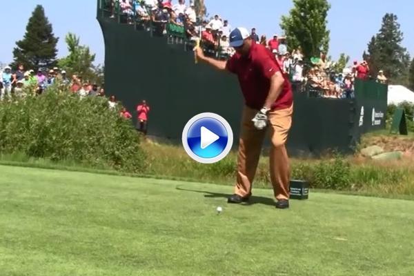 Charles Barkley vuelve a cambiar su swing. Ahora sorprende ejecutándolo a una sola mano (VÍDEO)