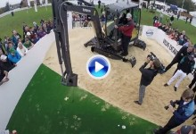 Desafío en el Tour: Henrik Stenson se atrevió a patear utilizando una excavadora (VÍDEO)