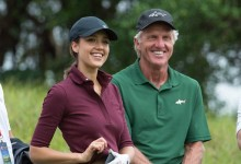 Greg Norman dirige a la actriz Jessica Alba en el World Celebrity Pro-Am