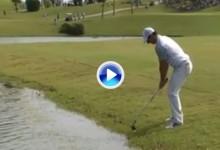 Rory McIlroy jugó a zurdas muy cerca del agua y… falló. Luego lo arregló con un gran chip (VÍDEO)