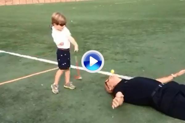 Tommy, el niño de 3 años con un solo brazo, golpeó la bola colocada en la boca de un hombre (VÍDEO)