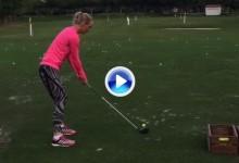 """Caroline Wozniacki, ex de Rory McIlroy, dispara un driver de 200 yardas a la """"primera"""" (VÍDEO)"""