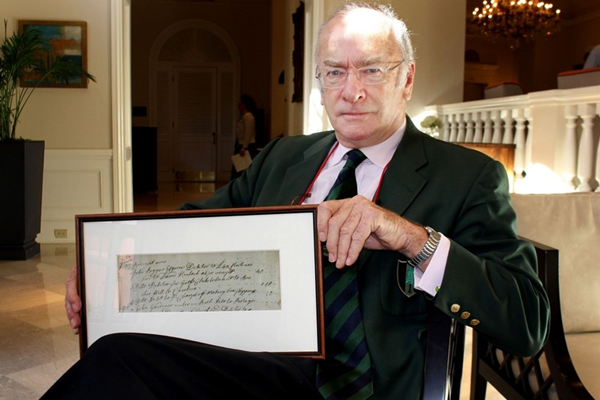 Dr. David Purdie con el documento que acredita en envío de palos de golf a América en 1739