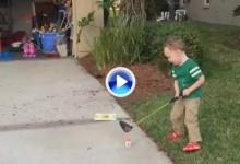 Periodista de Golf Channel sufre el impacto de una bola de golf en sus partes nobles (VÍDEO)