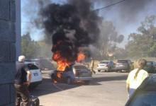 Un hombre salva sus palos de golf antes de que su coche incendiado estallara