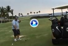 Candidato al peor golfista del mundo: Un jugador se golpea la cabeza con su propia bola (VÍDEO)