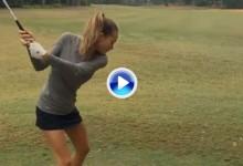 La modelo de trajes de baño Hannah Davis hace sus primeros pinitos en el golf (VÍDEO)