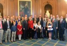 Nicklaus recibió la Medalla de Oro del Congreso de los EE.UU. rodeado de familiares y amigos
