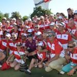 El campeón con los voluntarios. Foto: OpenGolf.es