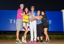 Rickie Fowler compartió la emoción de la victoria con su familia y su novia