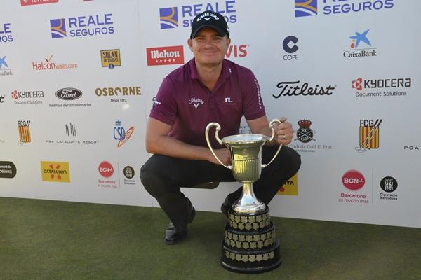 James Morrison posa orgulloso con su trofeo. Foto: OpenGolf.es