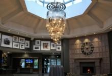 La lámpara de araña con palos PING, el nuevo elemento icónico del complejo inglés The Belfry