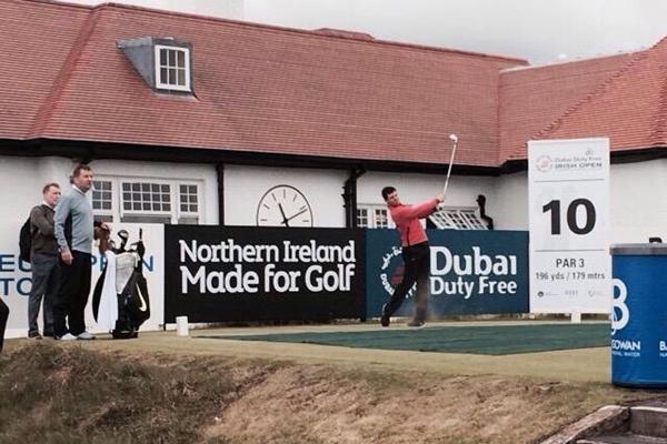 Rory McIlroy en el tee del 10 este lunes. Foto: @EuropeanTour