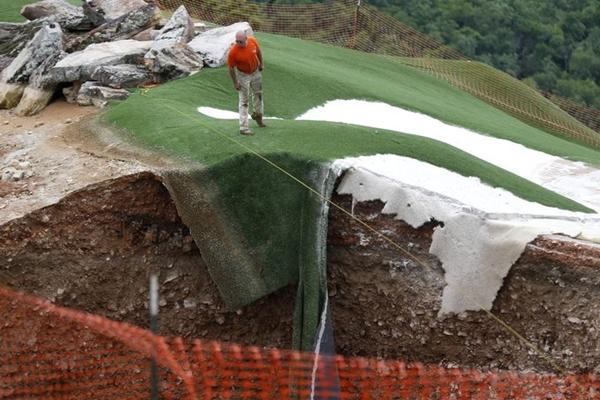 ¡Cuidado con el agujero! Un campo de golf es testigo de la aparición de un socavón de 24 metros