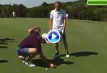 El «crack» Andrés Iniesta prueba fortuna con los palos de golf con Justin Rose de profesor (VÍDEO)