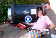 Hay que ser muy tonto. Golfista atasca su cabeza en una papelera después de tirar sus palos (VÍDEO)